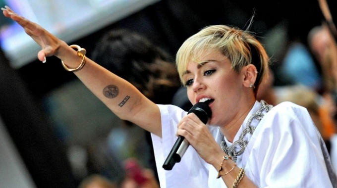 Miley Cyrus rinnega Wrecking Ball e la nudità del video