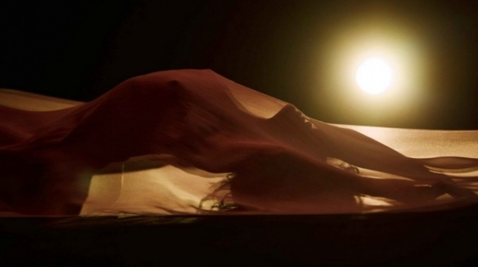 Rihanna danza nuda sotto un velo trasparente nel video Kiss it Better